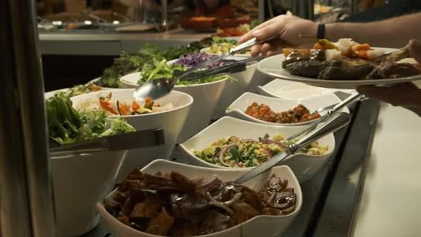 Thumbnail for Buffettisch im Restaurant. Warmes und frisches Essen in einem Mall Food Court. Selbstbedienungsmahlzeiten. Frau