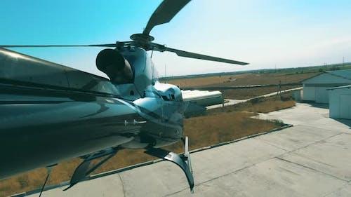 Start des Hubschraubers von der Hubschrauberbasis. Blick vom Schwanz des Hubschraubers in