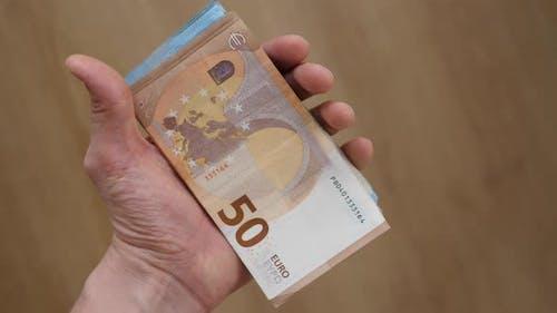 Man Hand hält EUR oder Euro Bargeld in Händen. Euro Währung. 50 Euro Banknoten.