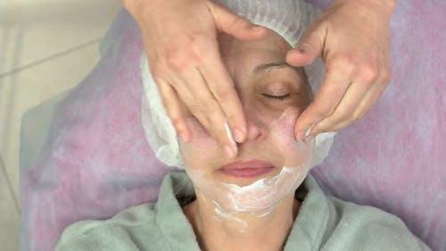 Lymphatische Gesichtsmassage Reife Frau