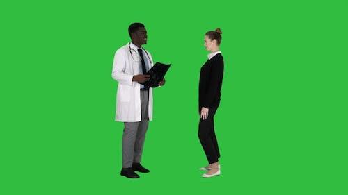 Arzt zeigt einem Patienten die Röntgenergebnisse Dann Patient