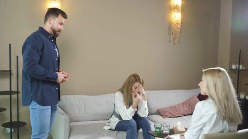 Hoffnungsloses und unglückliches kaukasisches Paar in Therapie