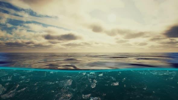 Split Blick über und unter Wasser in der Karibik mit Wolken