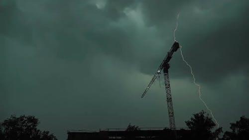 Blitzschlag mehrmals an einem Ort, Baukran, Zeitlupe
