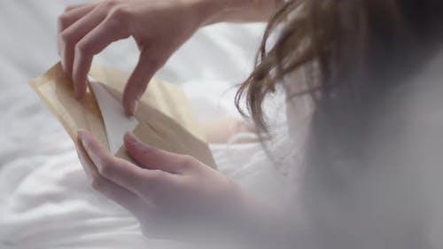 Junge Frau Eröffnungsbrief am Morgen