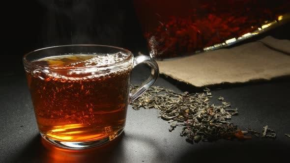 Thumbnail for Heißer Tee zu einer Tasse aus einer Teekanne füllen
