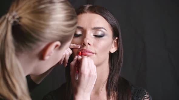 Cover Image for Outlining Lips