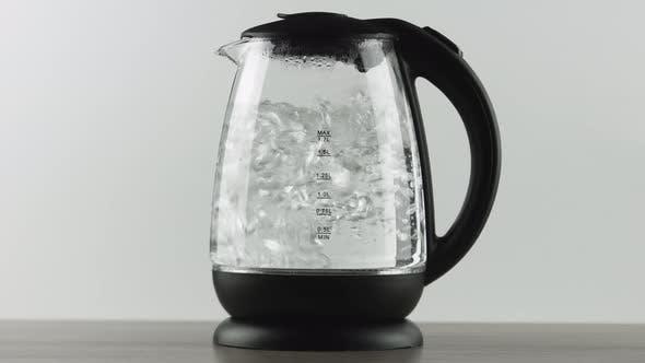 Thumbnail for Wasserkocher mit transparenten Wänden. Aktiv kochendes Wasser. Konzept Shot