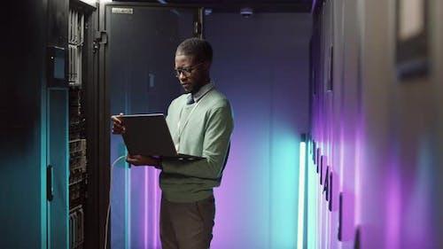 IT-Administrator behält die Arbeit von Mainframe