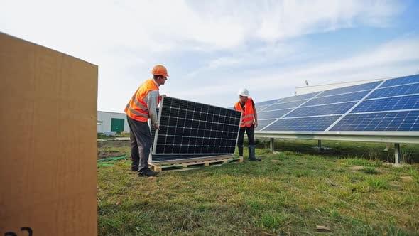 Arbeiter Installation von Photovoltaik-Panels für erneuerbare Energien