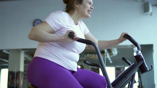 Fat Woman intensiv trainiert auf Stationary Bike