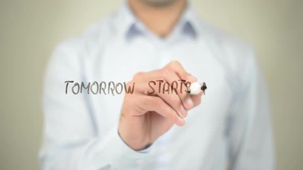 Thumbnail for Morgen beginnt jetzt, Geschäftsmann Schreiben auf transparentem Bildschirm