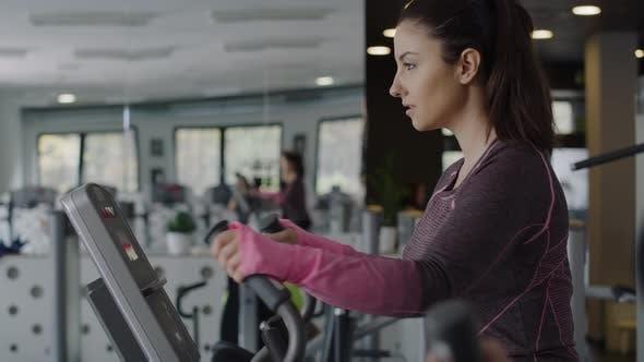 Handheld-Ansicht der jungen Frau, die im Fitnessstudio trainieren. Aufnahme mit RED Heliumkamera in 8K