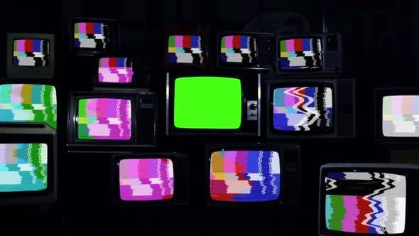 Thumbnail for Ein alter Fernseher mit grünem Bildschirm unter vielen kaputten Retro-TVs.