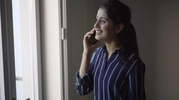 Thumbnail for Positive Latein Mädchen erzählen lustige Geschichte auf Handy