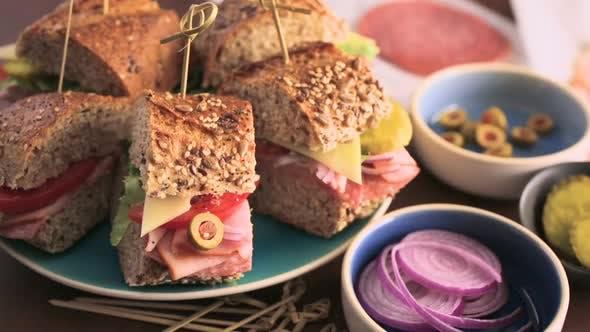 Frisches Sub-Sandwich auf Mehrkornbrot.