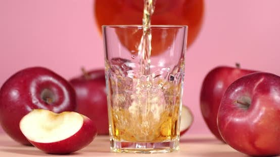 Gieße den Apfelsaft in ein Glas
