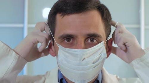Arzt setzt auf eine sterile Maske