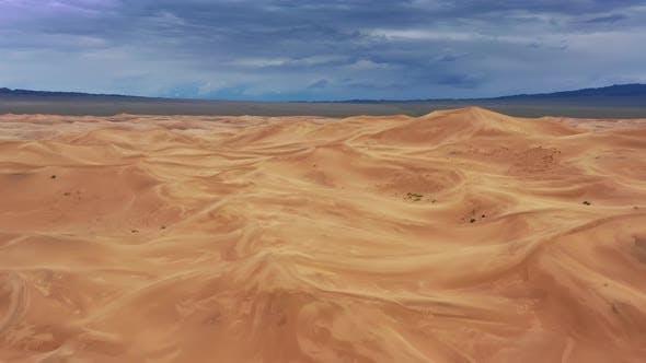 Luftaufnahme auf Sanddünen mit Sturmwolken