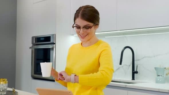Thumbnail for Frau Stand auf Küche trinken Kaffee oder Tee