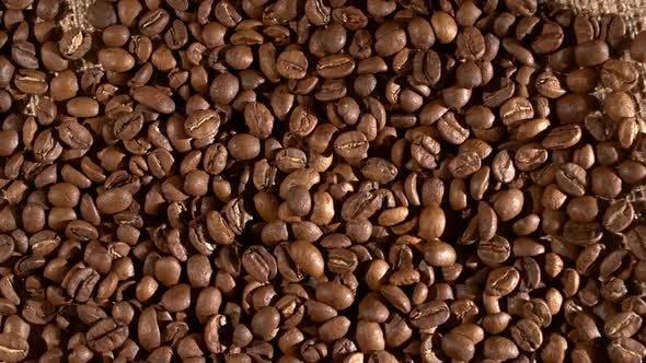 Thumbnail for Kaffeebohnen auf Sackleinen Sacking, Hintergrund mit flüchtigen Schatten, Rotation, Cam bewegt sich nach links