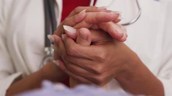 Thumbnail for Nahaufnahme der Hände des Arztes, die die Hand des Patienten hält