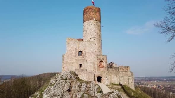 Vieux château européen. Les oiseaux volent. Drapeau polonais.