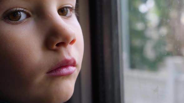 Thumbnail for Close-up Shot von einem kleinen neugierigen Jungen Blick aus dem Fenster in Zug. Untergeordnetes Reflektieren im