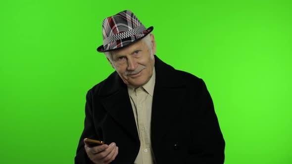 Thumbnail for Ältere Stilvolle kaukasischen Großvater Mann mit Social Media App auf Smartphone