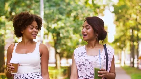 Thumbnail for Glückliche Frauen oder Freunde zu Fuß entlang Sommer Park 53