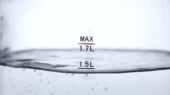 Thumbnail for Kochendes Wasser im Glaskessel auf weißem Hintergrund