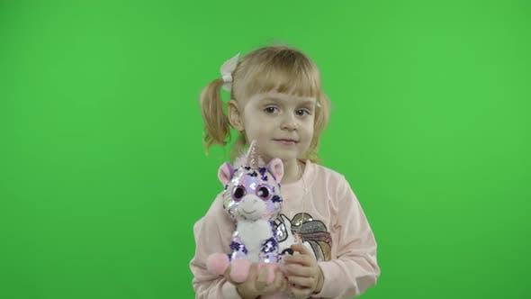Thumbnail for Positives Mädchen in Sweatshirt Tanzen mit Einhorn Spielzeug. Glückliches Kind. Chroma-Key