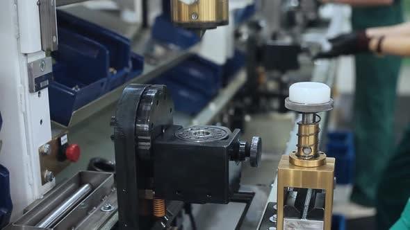 Thumbnail for Arbeiter Verarbeitung Metallteil auf Maschine. Industrielle Ausrüstung