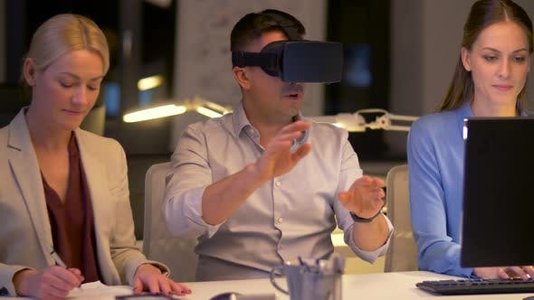 Thumbnail for Team mit Virtual Reality Headset im Night Office