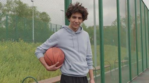 Porträt des Fröhlichen Mannes Basketball Draußen