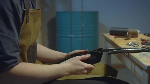 Schuhmacher verarbeitet die Haut. Handgefertigt  .