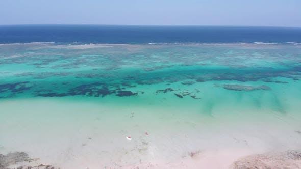 Paradise Tropisches Ufer und Barrierereff im Ozean Sandbanks Aerielle Luftaufnahme