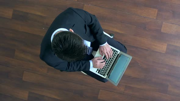 Cover Image for Businessman Surfing the Net