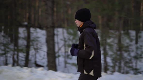 Thumbnail for Junge männliche Athlet Jogging In Winterliche Holz