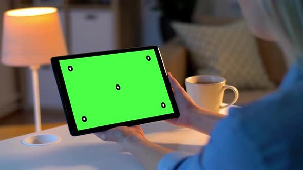 Thumbnail for Frau hat Video anruf auf Tablet mit grünem Bildschirm 7