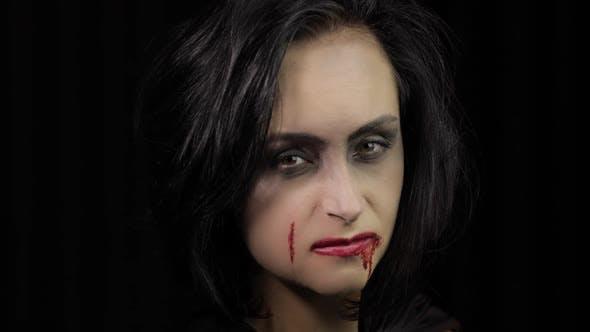 Thumbnail for Vampir Halloween Make-up Frau Porträt mit Blut auf ihrem Gesicht.
