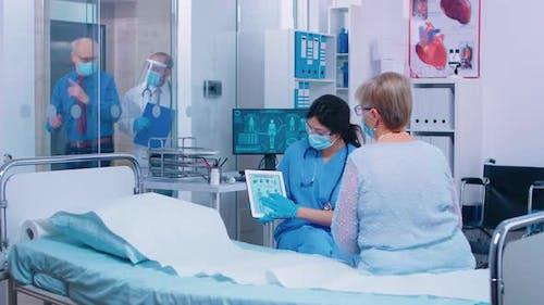Ärztliche Beratung während des Ausbruchs von Coronavirus