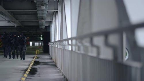 Teilnehmer der Sonderoperation schützen Brücke vor Bedrohung durch Terrorismus