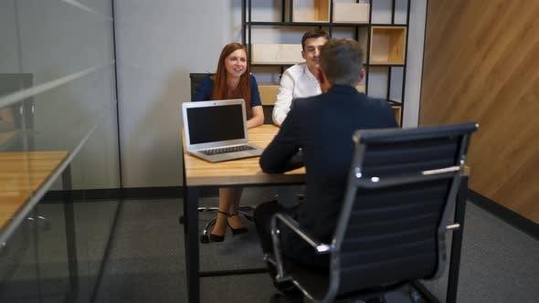 Thumbnail for Die männliche und weibliche im Gespräch mit Anwalt in der Bank Sitzungssaal