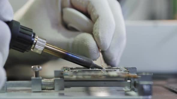 BGA Chip Soldering on the Soldering Station. Removal of Temperature From the Chip Thermocouple