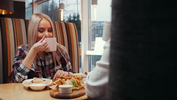 Ein Paar mit Mittagessen im Café