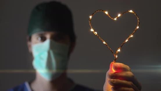 Thumbnail for Der Arzt hält ein Herz