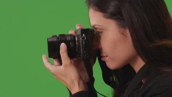 Gros plan de femme créative utilisant l'appareil photo pour capturer des images dans l'écran vert avant