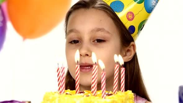 Thumbnail for Geburtstagskuchen bläst Kerzen auf einem Geburtstagskuchen aus