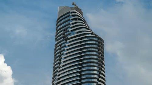 Modernes Bürogebäude auf Sky Hintergrund